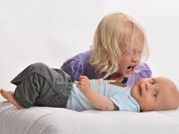 bambino arrabbiato e fratellino